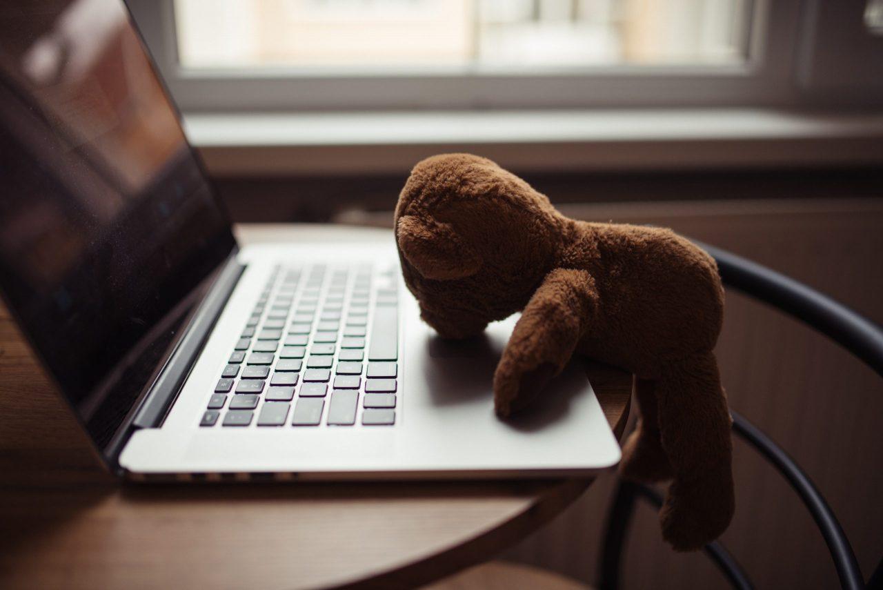 PCに倒れかかるクマ