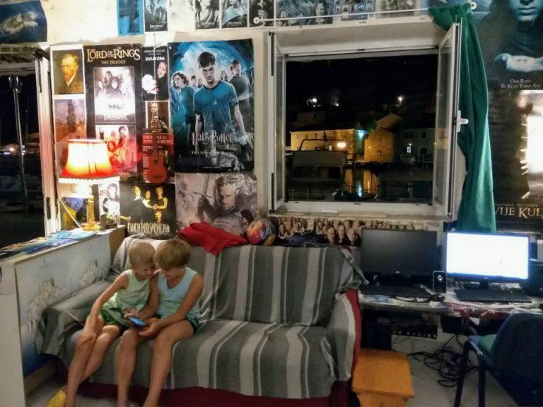 部屋の中でソファに座る男の子2人