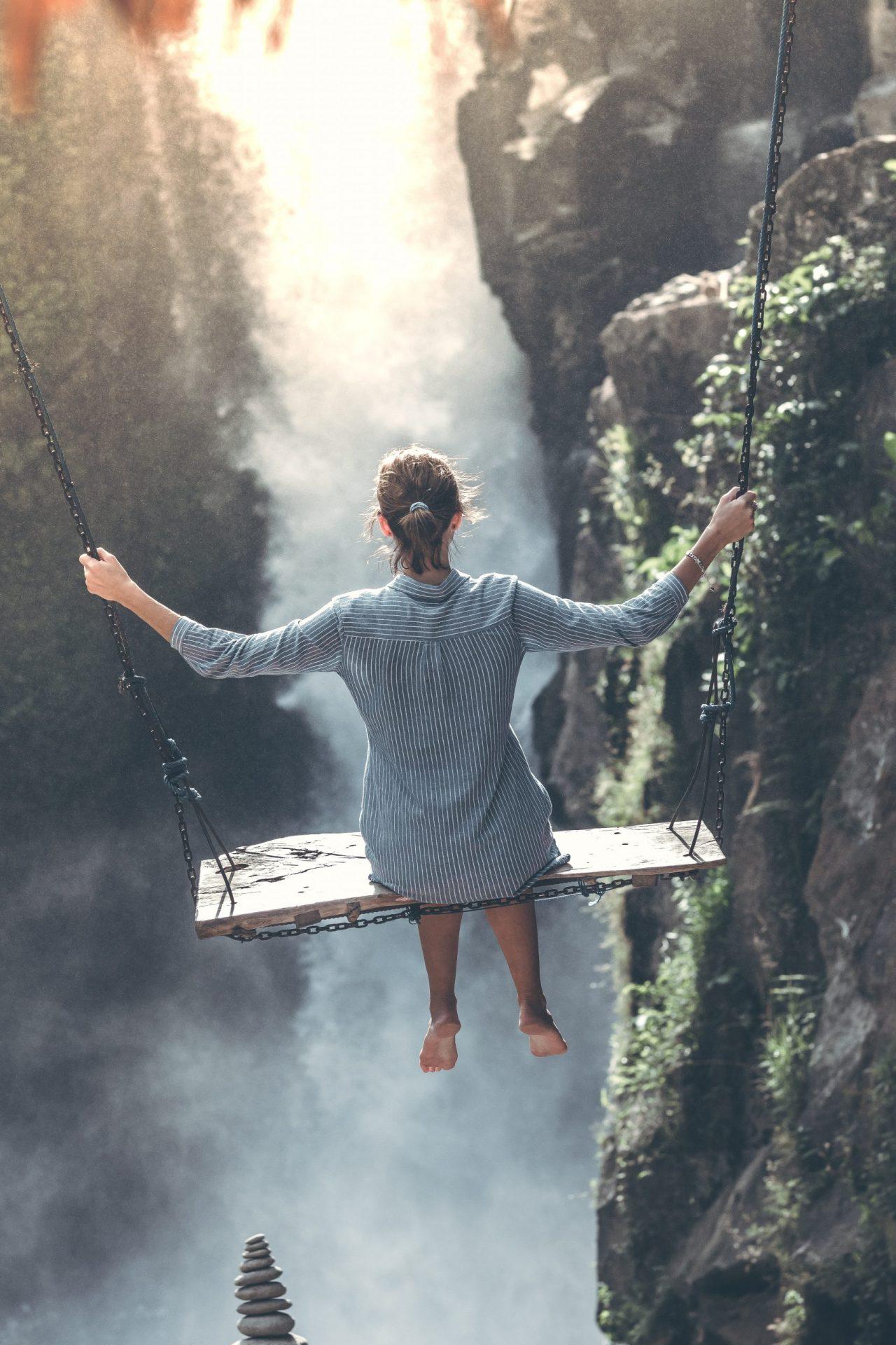 山でブランコに乗る女の子