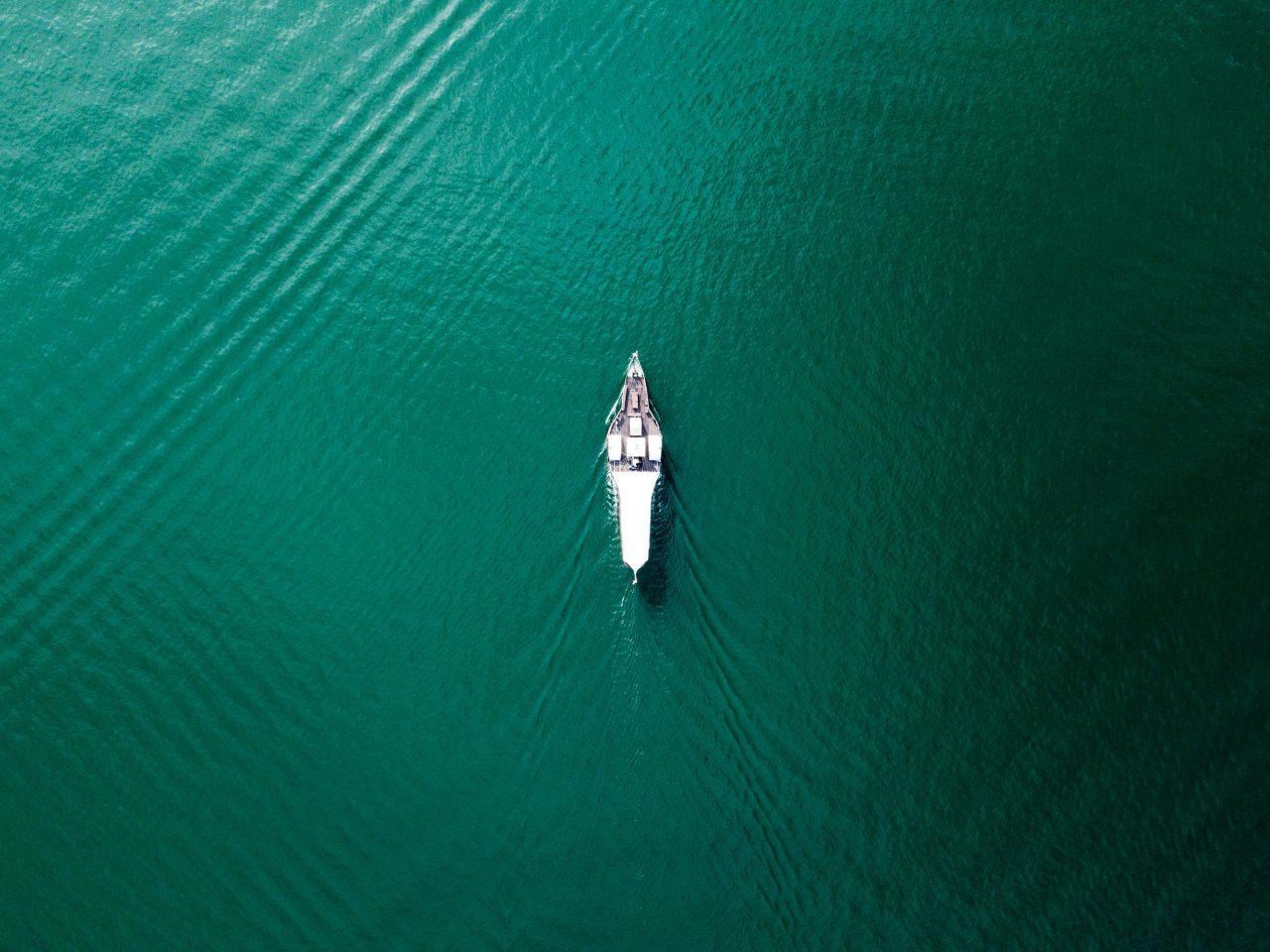 単独で海を行く船