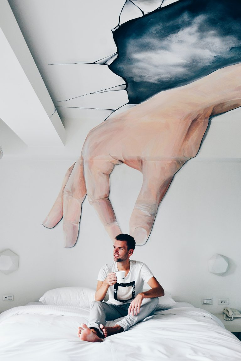 男性をつかむ大きな手