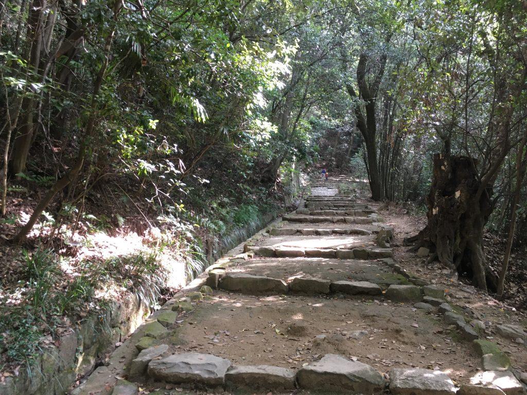 松山城への道