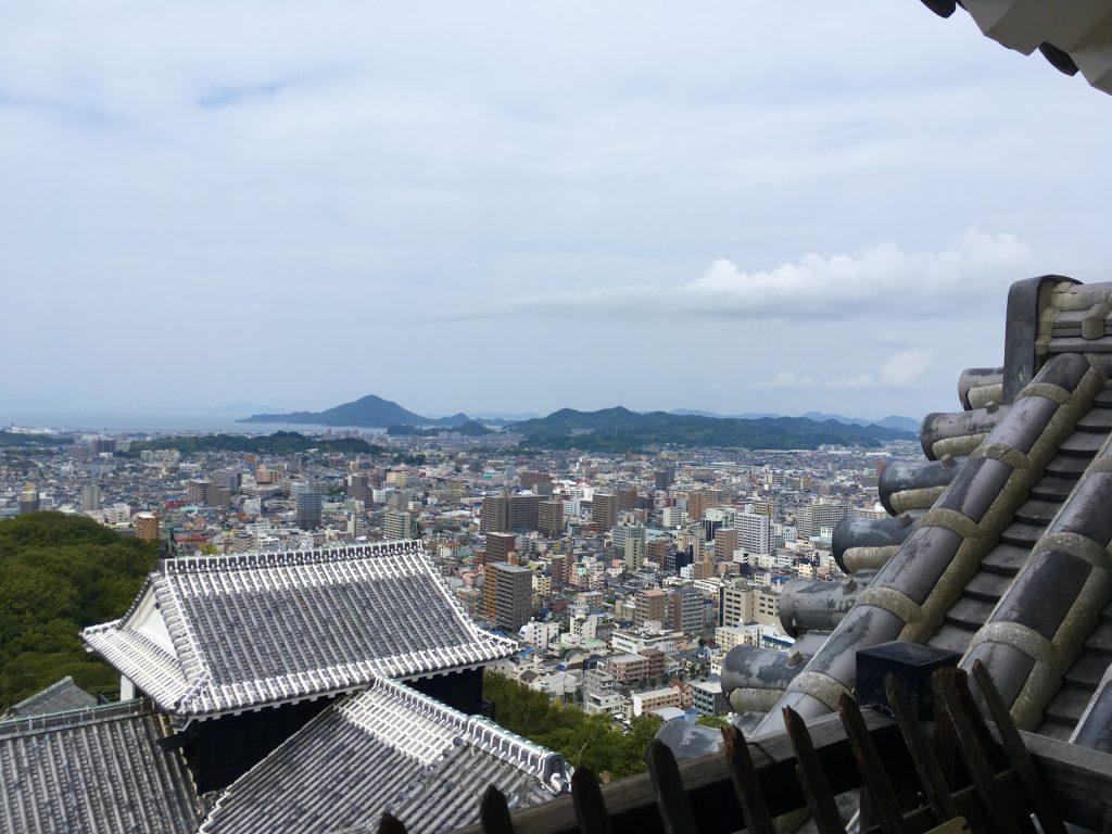松山城から街を見下ろす
