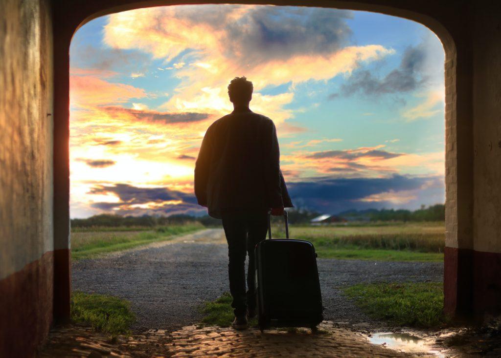 旅に出る男性