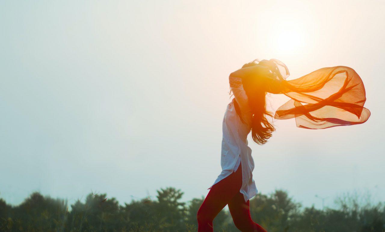 髪をかき上げながら闊歩する女性