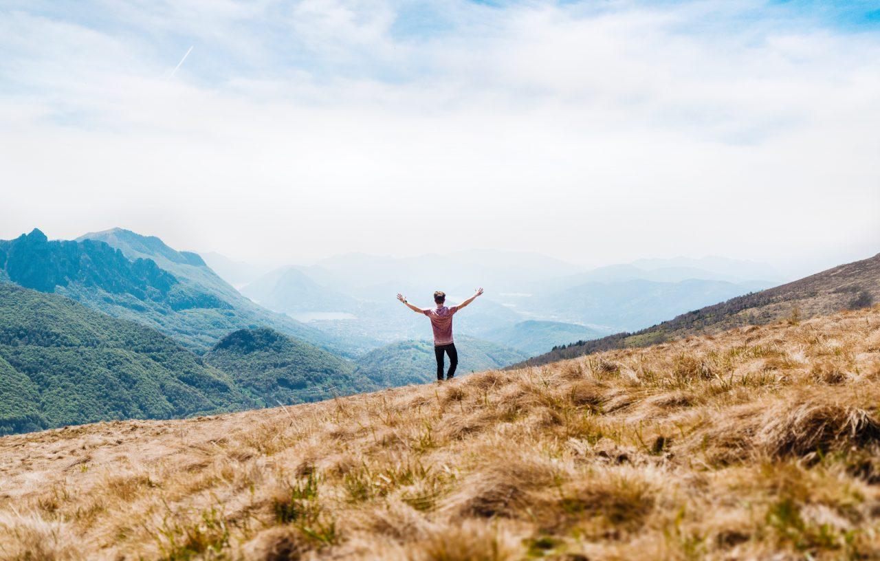 山上で自由を満喫する人
