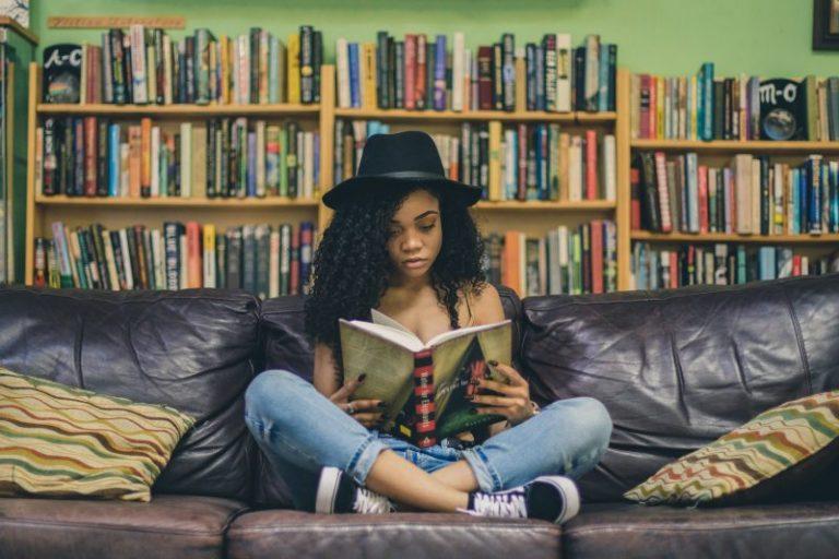 読書している人